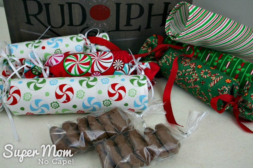 Diy fabric christmas crackers lots of filler ideas chocolate covered pretzels as filler for fabric christmas crackers solutioingenieria Image collections